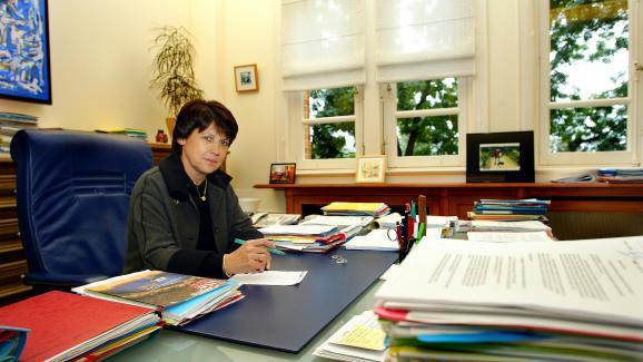 La maire de Lille (Nord), Martine Aubry, dans son bureau, le 8 octobre 2003.