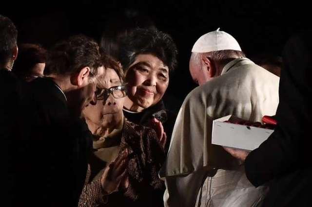 Des survivants du bombardement atomique du 6 août 1945 à Hiroshima rencontrent le pape François, le 24 novembre 2019.