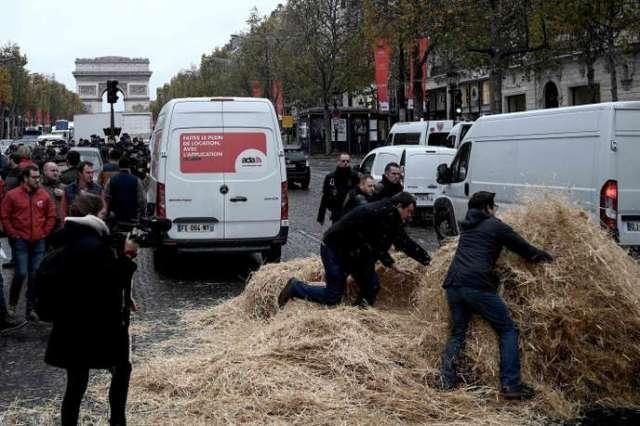 Sur l'avenue des Champs-Elysée, dans la matinée du mercredi 27 novembre.
