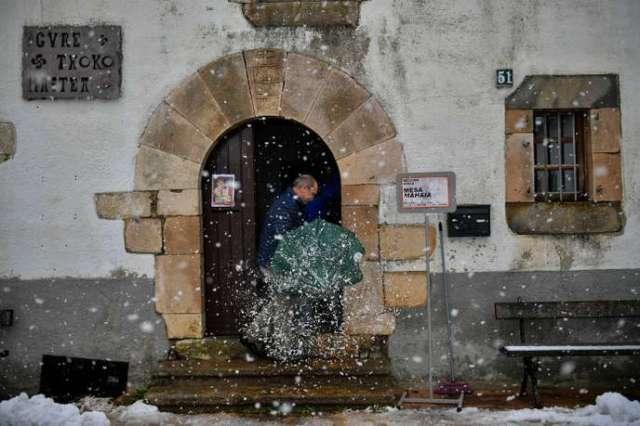 Un homme se présente à un bureau de vote dans la commune de Viscarret-Guerendiain, dans les Pyrénées espagnoles, le dimanche 10 novembre.