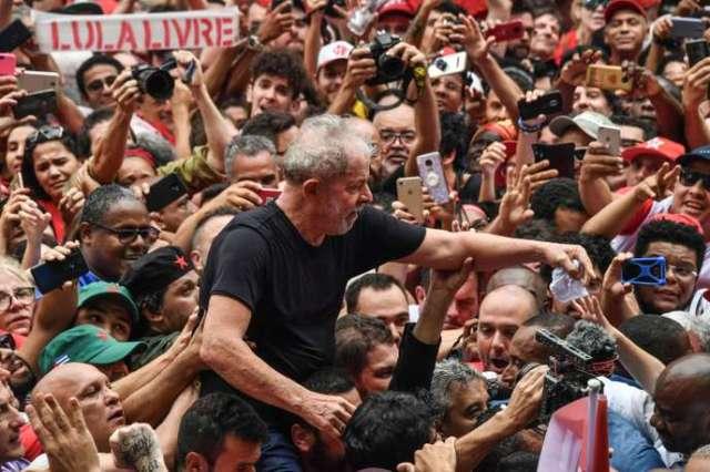 L'ancien président brésilien, lors d'un meeting devant le syndicat des métallurgistes de Sao Bernardo do Campo, le 9 novembre à Sao Paulo.