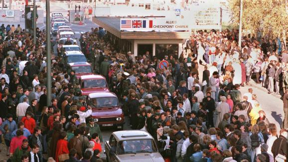 Des cortèges de Trabant se forment pour passer à l\'Ouest, le 10 novembre 1989.