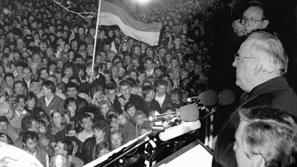 Le chancelier Helmut Kohl s\'adresse à 100 000 personnes massées devant le Mur, le 10 novembre 1989.