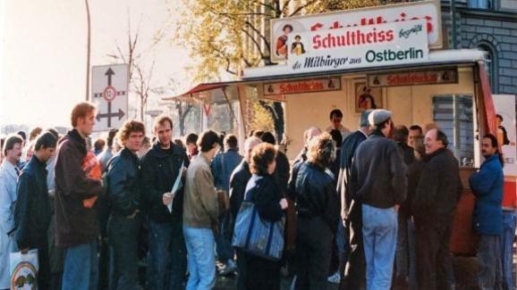 Des files d\'attente s\'étendent dans les rues de Berlin, ici à Invalidenstraße.