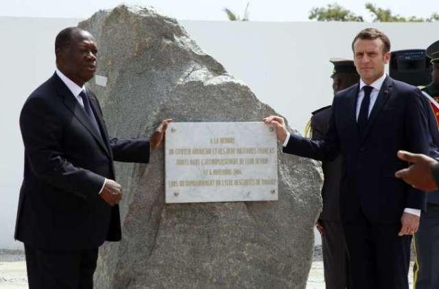 Le président français Emmanuel Macron et son homologue ivoirien Alassane Ouattara, le 22décembre2019, lors d'une cérémonie en hommage aux soldats français tués en2004 à Bouaké.