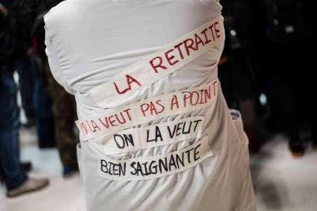 Une soignante gréviste à la Gare de Lyon, à Paris, lundi 16 décembre.