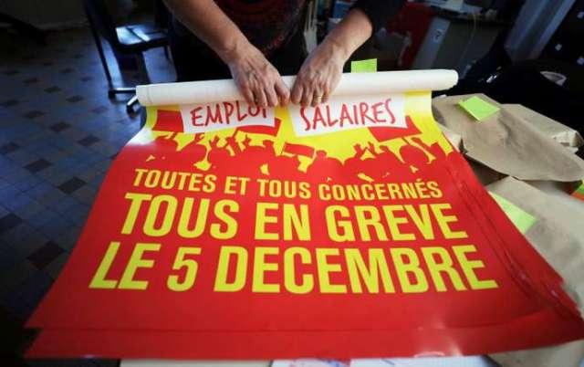 Un militant de la CGT prépare les affiches pour la grève du 5 décembre à la Bourse du Travail à Nice.