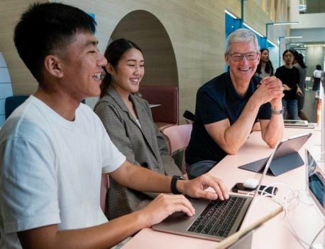Tim Cook Visits Bangkok, Thailand to Meet With Photographers, Students and WWDC Scholarship Winners
