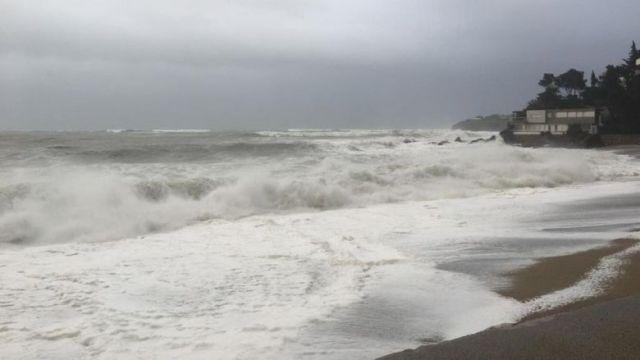 Mer déchaînée au Racou (Argelès) ce mercredi 22 janvier : la plage a disparu sous les vagues. / © FTV / A. Chéron
