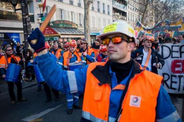 Des grévistes de raffinerie Total de Grandpuits (Seine-et-Marne) dans le cortège de la manifestation du 16 janvier, boulevard Montparnasse, à Paris.