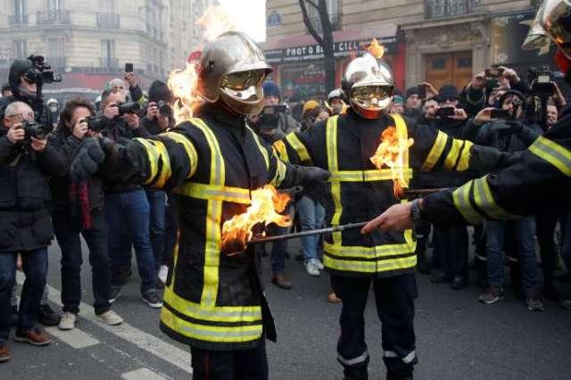 Dans la manifestation des pompiers, à Paris, le 28 janvier.
