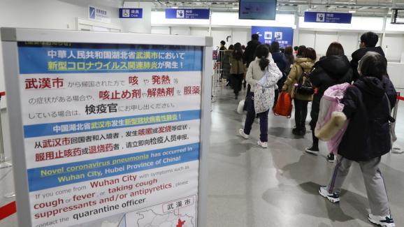 A Osaka (Japon), des instructions sont affichées pour les passagers des vols en provenance de Wuhan (Chine), le 21 janvier 2020.
