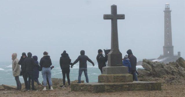A Goury, de nombreuses personnes sont venues admirer le spectacle des vagues déferlantes.
