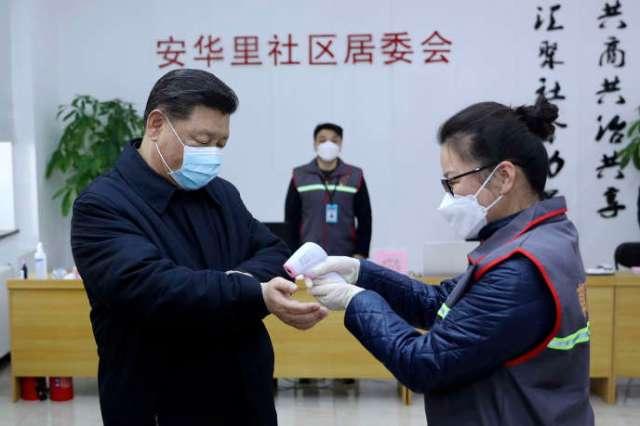 Le président chinois Xi Jinping en visite dans un centre médical de Pékin, lundi 10 février.