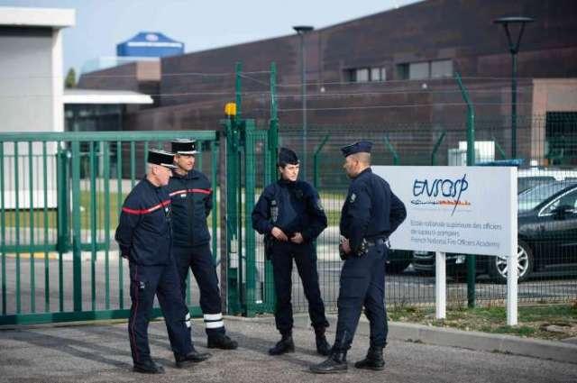 Des CRS devantle centre de formation des pompiers d'Aix-en-Provence, où des rapatriés de Wuhan (Chine) doivent être mis en quarantaine,le 2 février 2020.