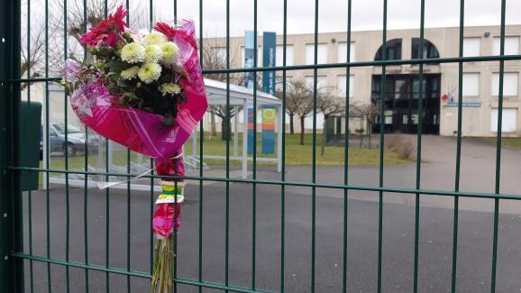 Des fleurs ont été installées devant le collège de Crepy-en-Valois, en hommage au professeur décédé.