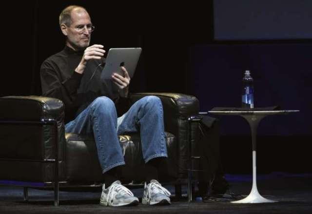 L'ancien PDG d'Apple, Steve Jobs, utilise un iPad lors du lancement de la tablette à San Francisco, le 27 janvier 2010.