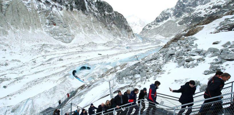 Le président, accompagné de membres du gouvernement et de scientifiques, s'est rendu sur la Mer de Glace, dans les Alpes ce jeudi./AFP/DENIS BALIBOUSE
