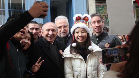 Gérard Collomb se prête au jeu des selfies lors du Nouvel An chinois, le 26 janvier 2020, dans la rue Pasteur à Lyon.