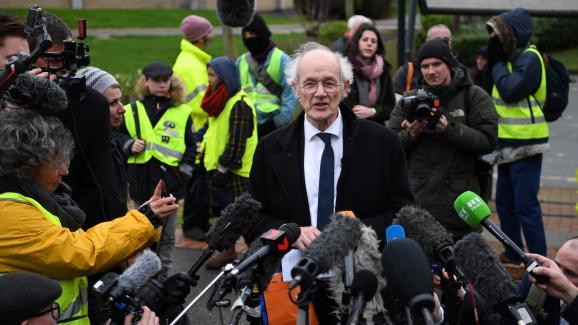 Le père de Julian Assange, John Shipton, lors de l\'ouverture du procès de son fils, lundi 24 février 2020 devant le tribunal de Woolwich (Royaume-Uni).