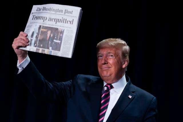 Le président américain, Donald Trump, brandissant un exemplaire du« Washington Post» dont la« une» indique son acquittement,à Washington, le 6 février.