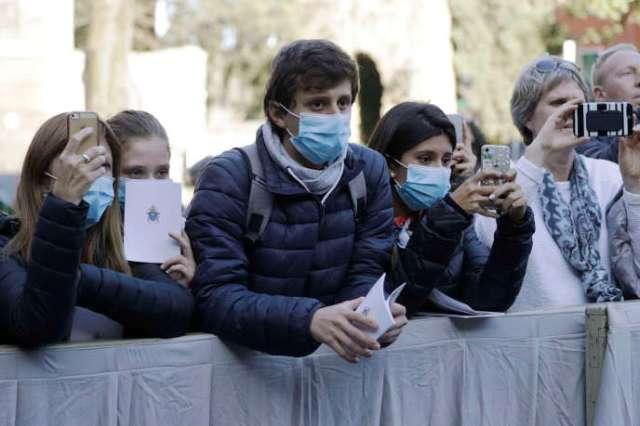Au Vatican, des croyants venus voir le pape François portent des masques, le 26 février.