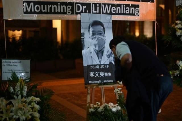Hommage au docteur Li Wenliang à Hong Kong, le 7 février 2020 ( AFP / Anthony WALLACE )