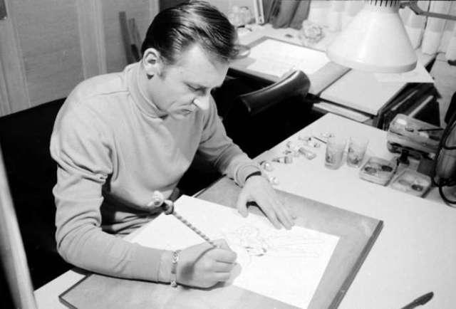 """Albert Uderzo, coauteur de la série de bandes dessinées """"Astérix et Obélix"""" au travail dans l'atelier de l'éditeur Dargaud, dans les années 1960."""