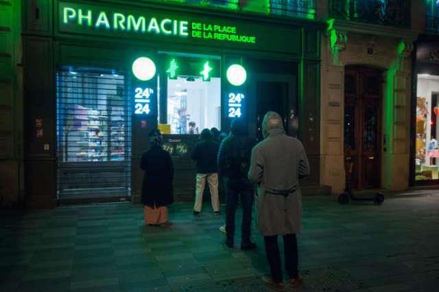 Une pharmacie ouverte toute la nuit place de la République, à Paris, le 14 mars.