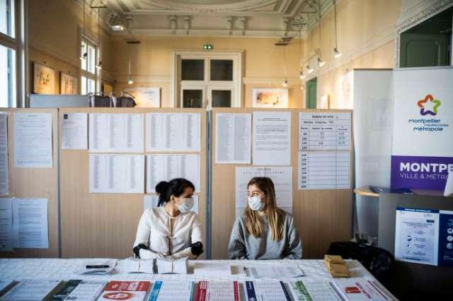 Dans un bureau de vote de Montpellier, le 15 mars.