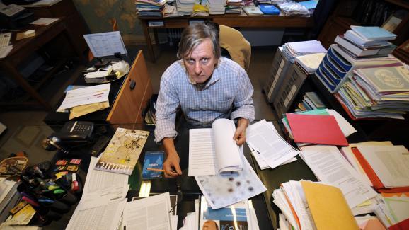 Didier Raoult, dans son bureau de l\'Université d\'Aix-Marseille, le 16 décembre 2009.