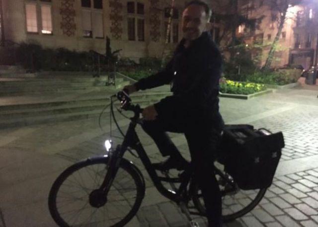 Emmanuel Grégoire quitte la mairie du 12e en vélo électrique pour rejoindre Anne Hidalgo à son QG. LP/Benoît Hasse