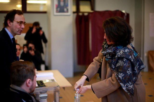 Après avoir voté, Agnès Buzyn, la tête de liste LREM, a nettoyé ses mains au gel hydroalcoolique./REUTERS