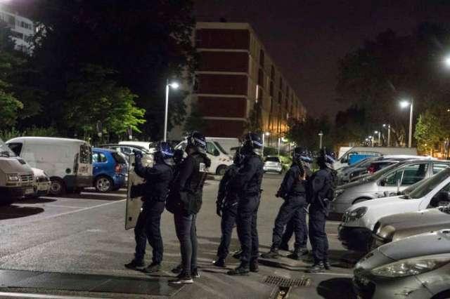 Policiers positionnés devant le HLM «la Banane», une des deux grandes barres de Villeneuve-la-Garenne (Hauts-de-Seine), le 21 avril.