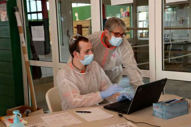Des volontaires de la Croix-Rouge se préparent avant une campagne de tests dans un gymnase, le 19 mars, à Saint-Jean-de-Luz (Pyrénées-Atlantiques).