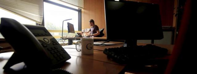 Un salarié seul à son bureau, le 15 mai 2020, à Nice (Alpes-Maritime).