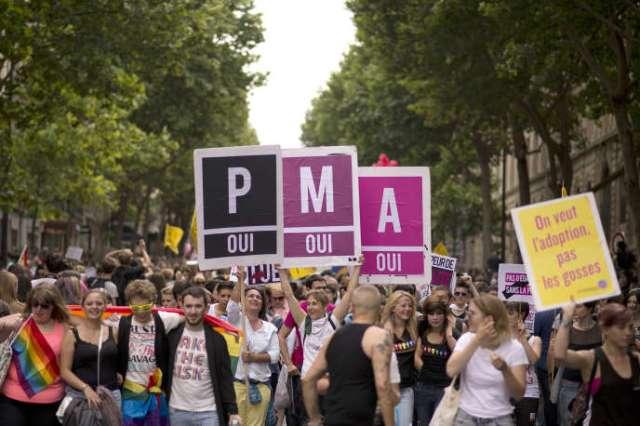 Banderoles en faveur de la procréation médicalement assistée (PMA), lors de la Marche des fiertés, le 29 juin2013, à Paris.