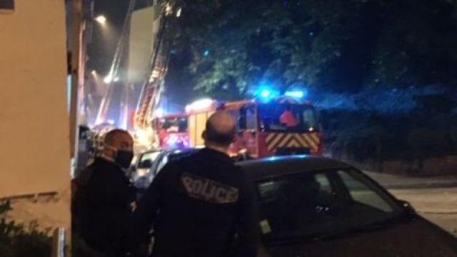 A 23h00 les pompiers continuent d'arroser l'immeuble rue Bonnafous à la Croix-Rousse, dans le 4ème arrondissement de Lyon.