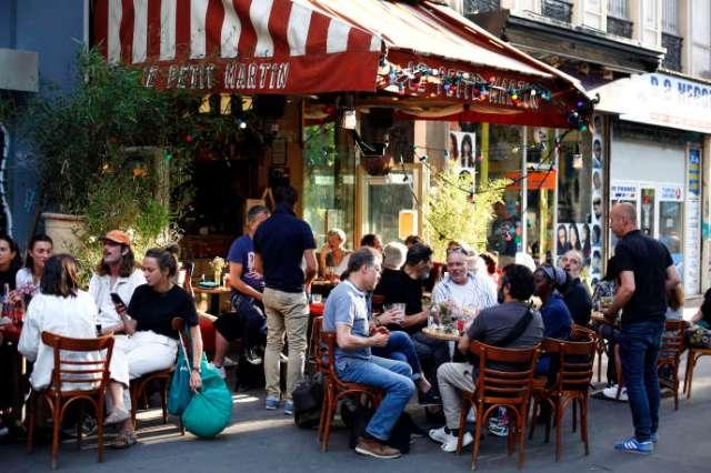 Terrasse d'un café, à Paris, le 2 juin.