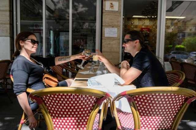 Les bars, cafés et restaurants des zones vertes sont autorisés à rouvrir leurs portes mardi 2 juin, mais à Paris, comme dans toutes les zones orange, seule la réouverture des terrasses est autorisée.