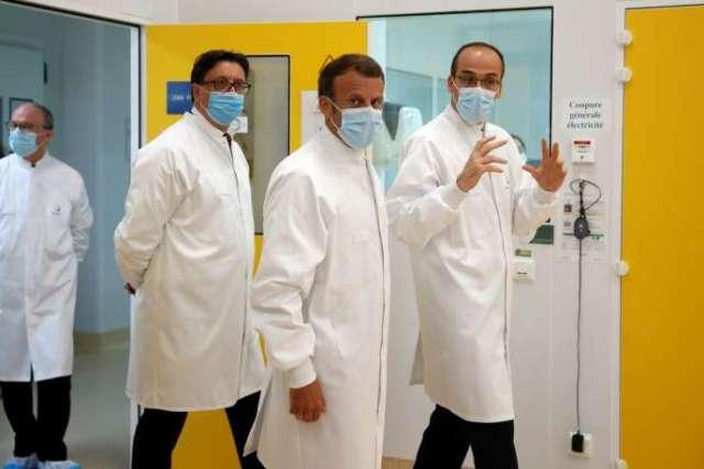 Emmanuel Macronsur le site de recherche et de production de vaccins de Sanofi, à Marcy-l'Etoile (Rhône), l'un des plus importants au monde avec ses 3500 salariés,mardi 16juin.