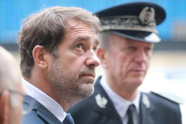 Le ministre de l'intérieur, Christophe Castaner, et, à l'arrière plan, le directeur général de la police nationale,Frédéric Veaux, lors d'une visite à Evry, le 9 juin. Dans une lettre, ce dernier a fait part d'un« sentiment de profonde injustice» quant aux accusations de racisme au sein de son corps.