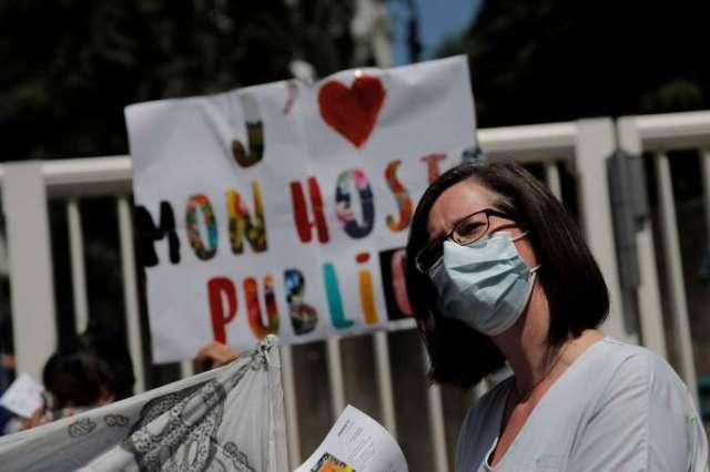 Une manifestante devant l'hôpital Robert-Debré à Paris le 25 juin.