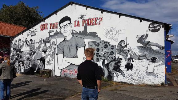 L\'un des artistes qui ont réalisé la fresque à l\'entrée du quai Wilson, à Nantes (Loire-Atlantique), le 18 juin 2020.