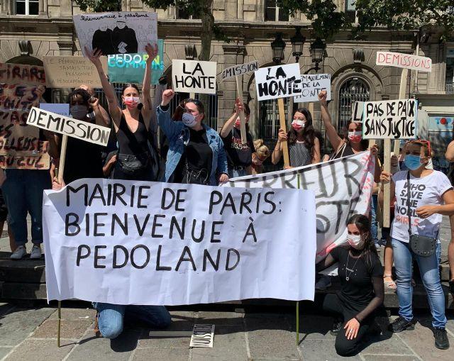 Manifestation pour la démission de Christophe Girard devant le Conseil de Paris. /LP/Delphine Goldsztejn