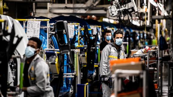 Des employés d\'une usine Renault, à Flins-sur-Seine (Yvelines), travaillent avec un masque de protection, le 6 mai 2020. Les entreprises sont un des lieux où se sont déclarés le plus de clusters.