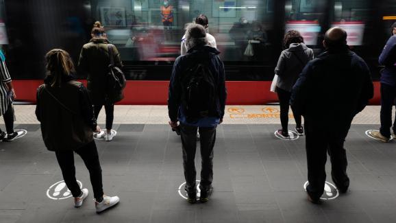 Des passagers attendent un tramway en respectant les marquages au solpermettant une distanciation d\'un mètre, à Nice, le 11 mai 2020.