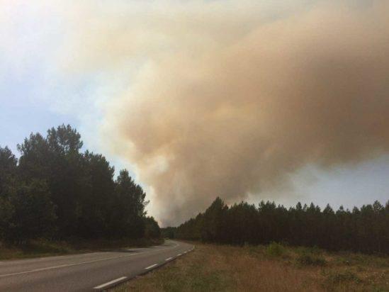 Une épaisse fumée est visible depuis la route quand on approche Le Tuzan.