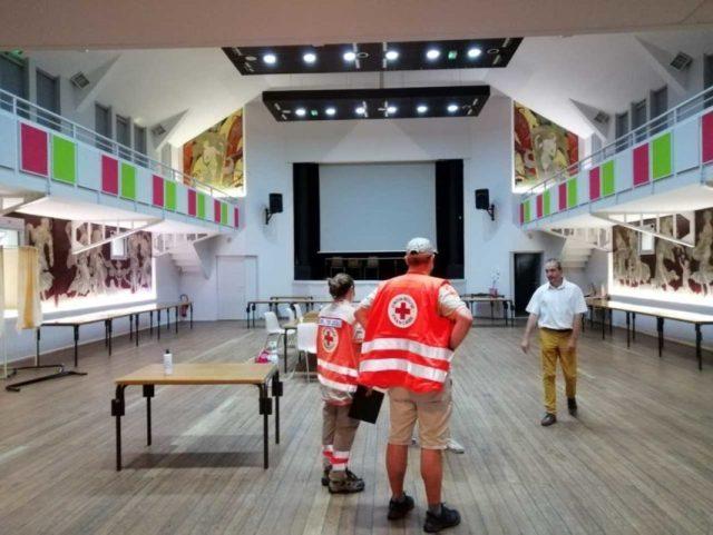 Le maire de Saint-Symphorien, dans la salle des fêtes, avec la Croix-Rouge. Ils se préparent à accueillir une quinzaine de personnes, qui ont dû évacuer leurs habitations.