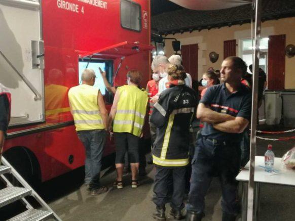 Lundi 27 juillet 2020, il est plus de 23h et les sapeurs-pompiers ne relâchent pas leur garde.